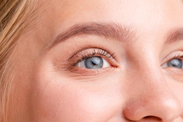 Primer plano mujer rubia con hermosos ojos azules