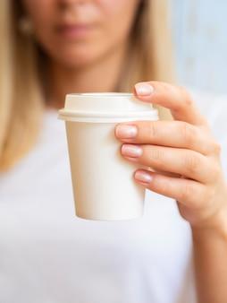Primer plano mujer rubia con taza de café