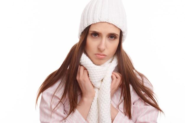 Primer plano de mujer sintiéndose enferma