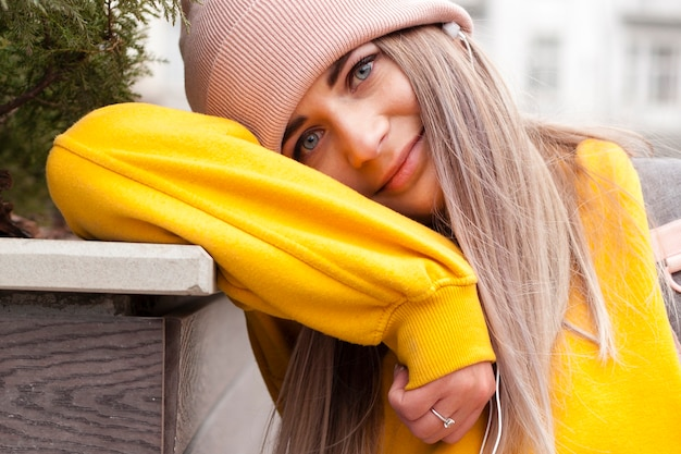 Primer plano de mujer sonriente posando con gorro