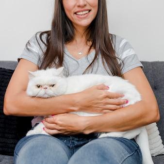 Primer plano mujer sonriente sosteniendo su gato