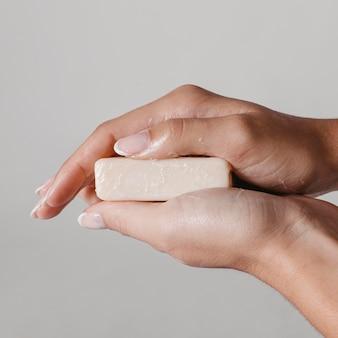 Primer plano mujer sosteniendo un bloque de jabón
