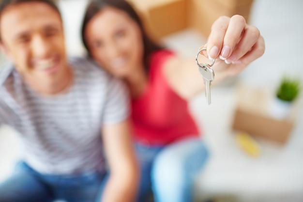 Primer plano de una mujer sosteniendo una llave