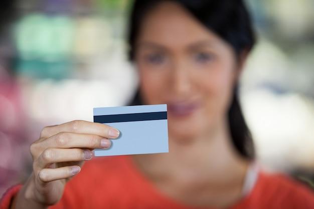 Primer plano de mujer con tarjeta de crédito