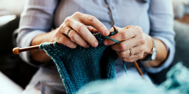Primer plano de una mujer tejiendo
