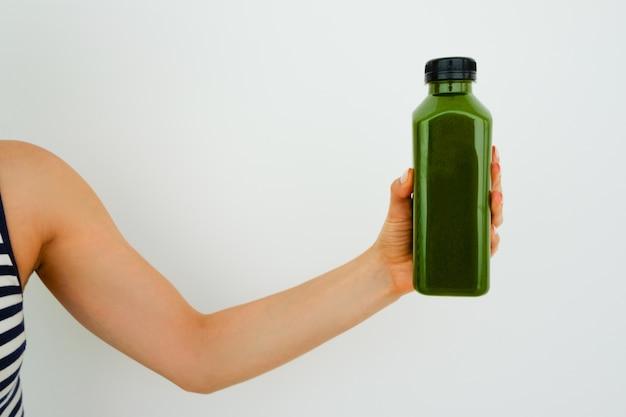 Primer plano, mujer, tenencia, botella, aceituna, aceite