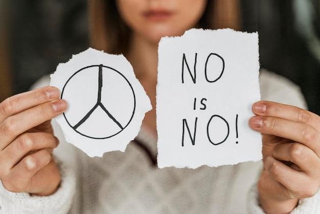 Primer plano, de, un, mujer, tenencia, un, señal de paz