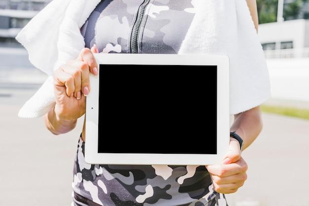 Primer plano, de, mujer, tenencia, tableta, maqueta