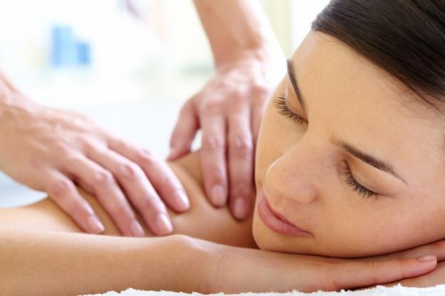 Primer plano de mujer tranquila recibiendo un masaje