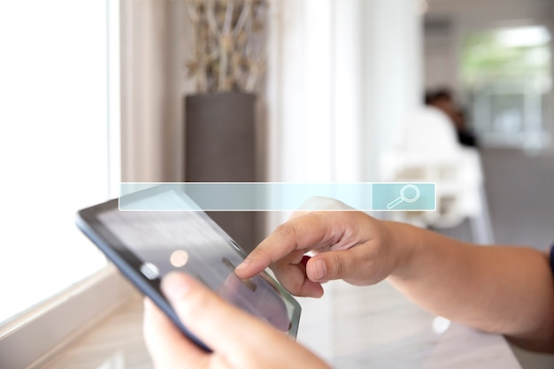 Primer plano de mujer usando su tableta digital en cafetería, cafetería y restaurante