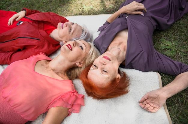 Primer plano de mujeres maduras al aire libre