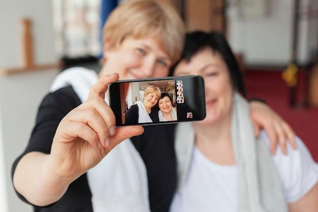 Primer plano de mujeres mayores tomando selfies