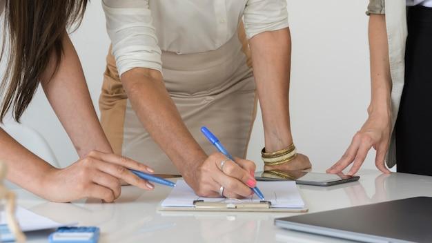 Primer plano de mujeres trabajando juntas en un proyecto