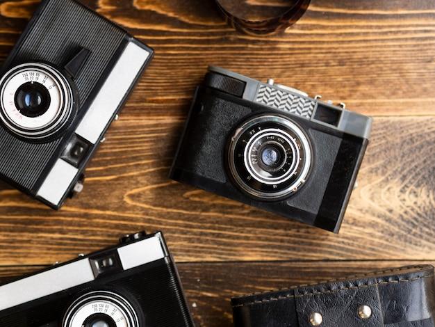 Primer plano de múltiples cámaras fotográficas retro