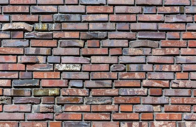 Primer plano de un muro de ladrillo. mampostería decorativa mediante curvas, ladrillos no estándar.
