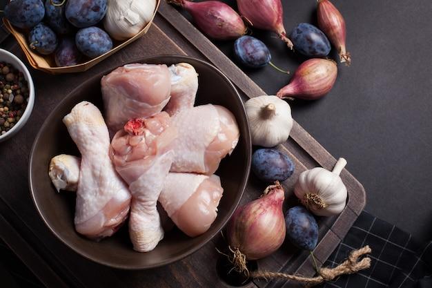Primer plano de muslos de pollo crudo.