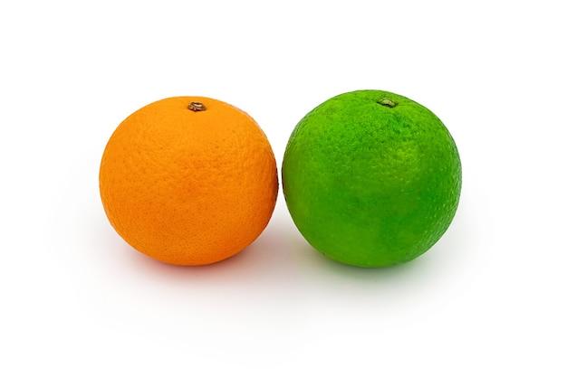 Primer plano de una naranja y limón dulce aislado sobre fondo blanco.