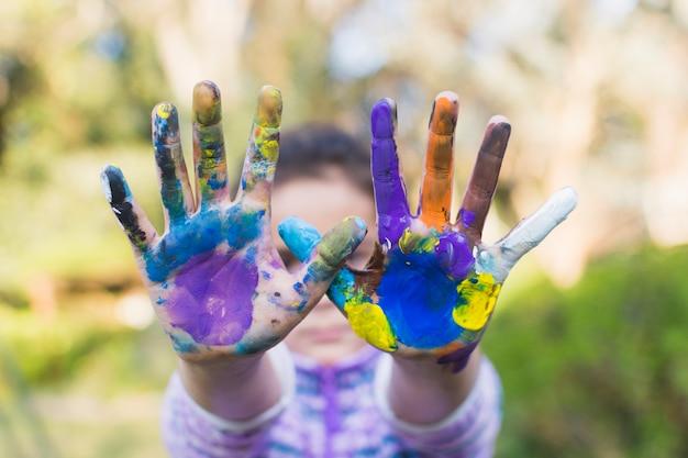 Primer plano, de, un, niña, actuación, pintado, manos