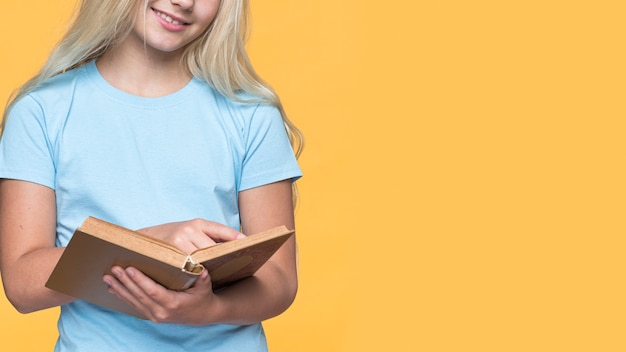 Primer plano, niña joven, lectura