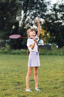 Primer plano de una niña jugando bádminton en el parque