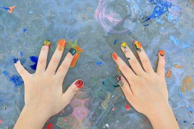 Primer plano niña niño pintura de uñas por acuarela