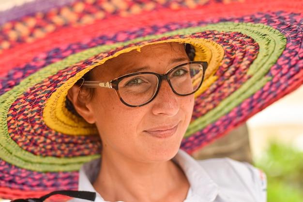 Primer plano de niña con sombrero