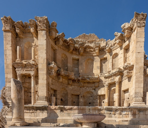 Primer plano de ninfeo en jordania bajo un cielo azul
