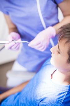 Primer plano de un niño pasando por un tratamiento dental