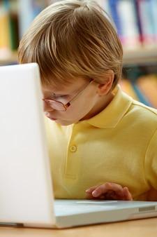 Primer plano de niño pequeño con un portátil