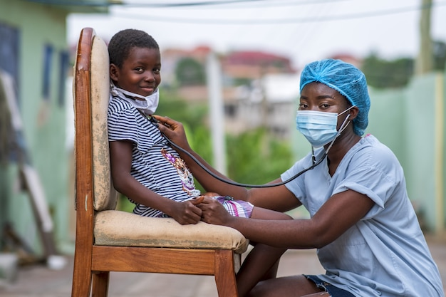 Primer plano de un niño recibiendo un chequeo por un médico