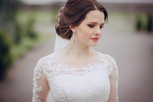 Primer plano de novia triste con fondo borroso