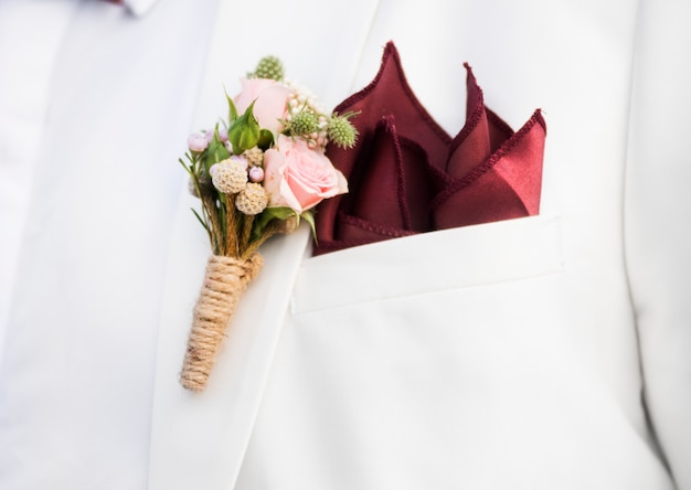 Primer plano de novio boutonnière en traje de solapa