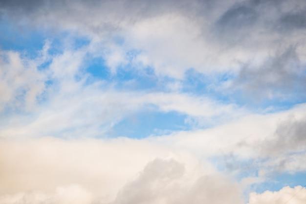 Primer plano de las nubes contra el cielo azul de fondo abstracto