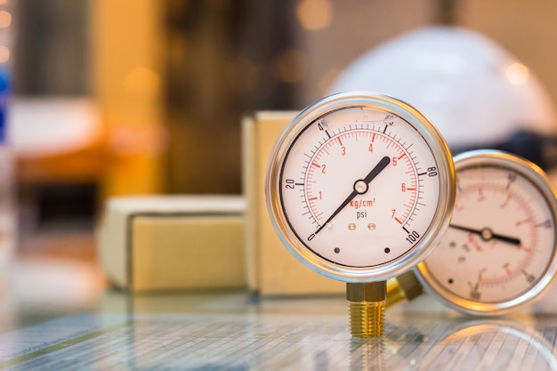 Primer plano del nuevo conjunto de manómetro en el mantenimiento de la preparación de la mesa de vidrio, industria del trabajo
