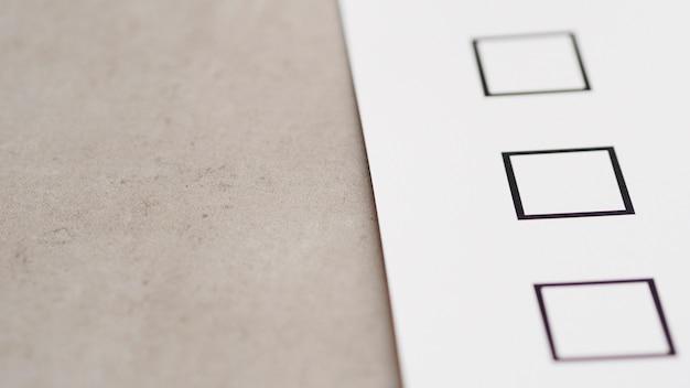 Primer plano del nuevo cuestionario electoral de alto ángulo
