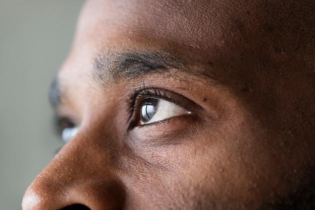 Primer plano de un ojo de un hombre negro