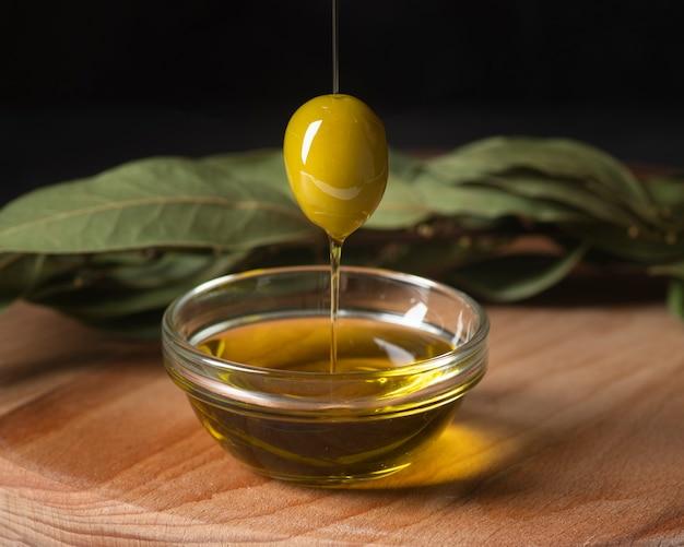 Primer plano de oliva y aceite ecológico