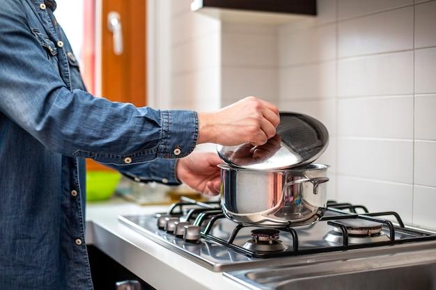 Primer plano de la olla en la estufa.