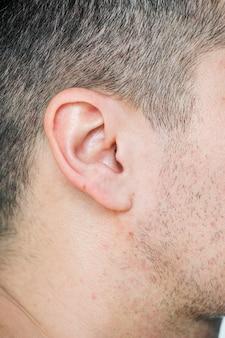 Primer plano de la oreja del hombre blanco