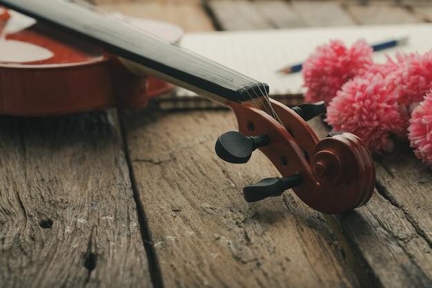 Primer plano de la orquesta del violín instrumental con tono vintage procesado