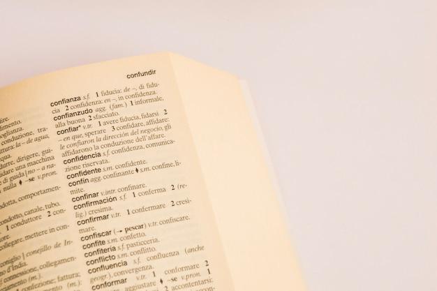 Primer plano de la página en el diccionario