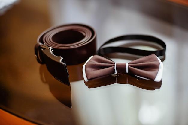 Primer plano de una pajarita marrón y cinturón