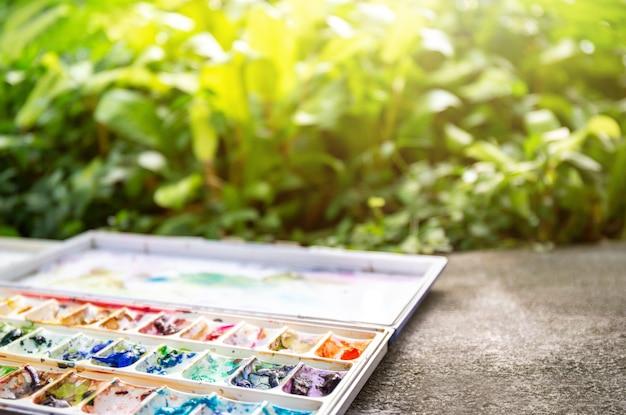 Primer plano de la paleta de colores de agua, caja de pintura, herramienta o equipo para pintar o dibujar