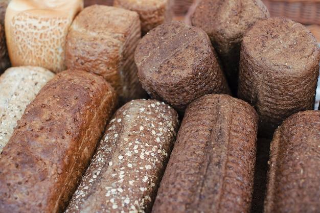 Primer plano de panes rústicos de panes horneados