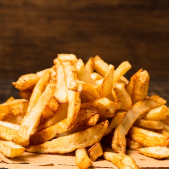 Primer plano de papas fritas doradas