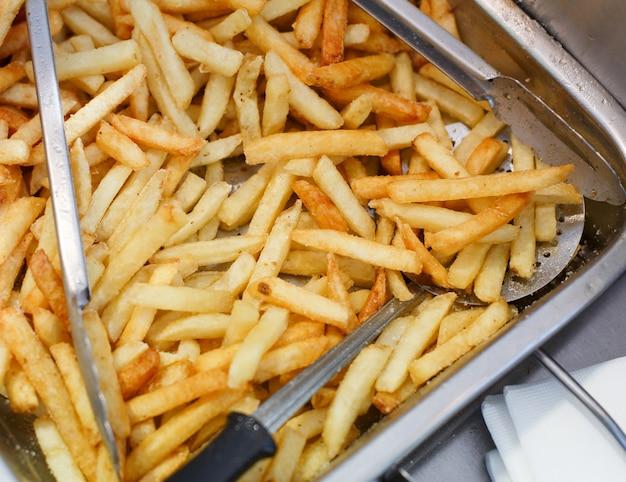 Primer plano de papas fritas. restaurante freidora