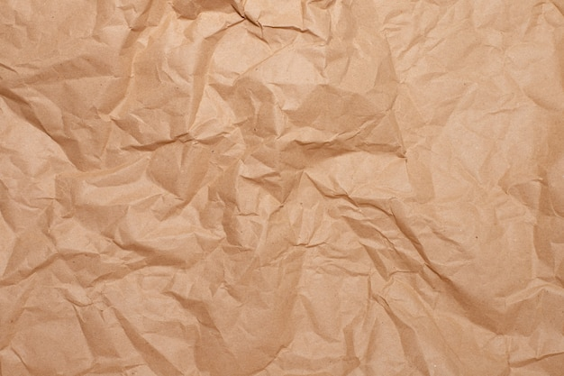 Primer plano de papel marrón arrugado.