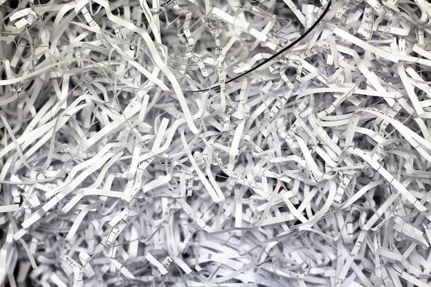 Primer plano de papel triturado de una trituradora de papel
