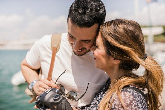 Primer plano de la pareja amorosa mirando a la cámara