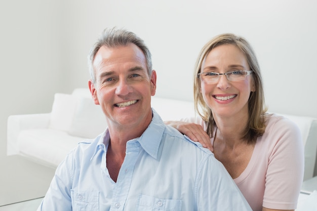 Primer plano de una pareja amorosa en la sala de estar